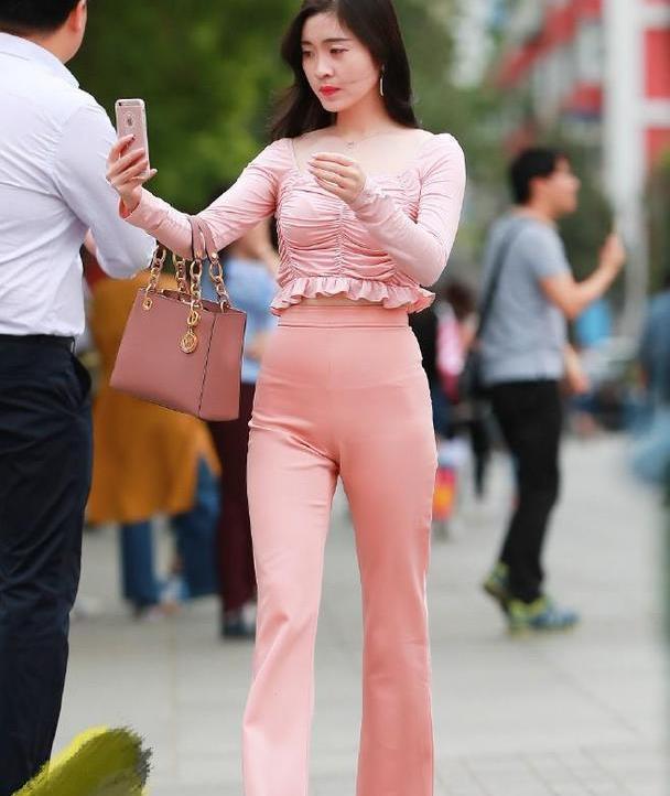 表姐真敢穿,紧身衣配阔腿裤,自信尝试粉色