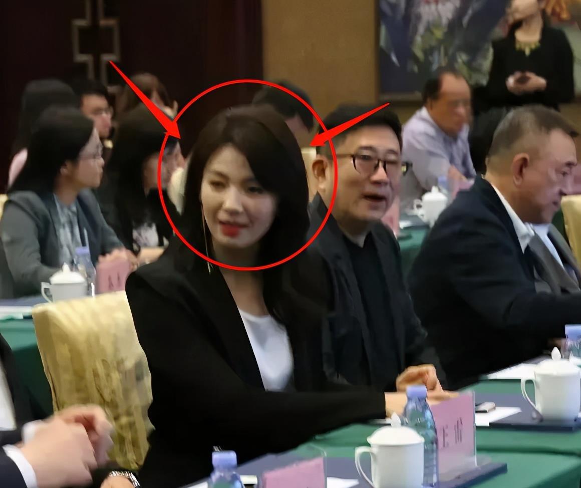 42岁刘涛西装亮相,路人抓拍忘开滤镜,她还能否拿捏住主持气质