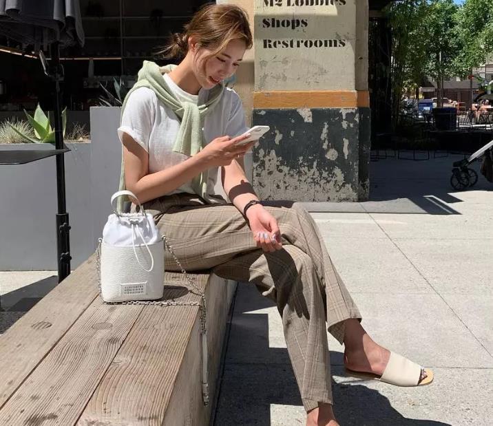 时髦又减龄的T恤+奶奶裤,你值得拥有