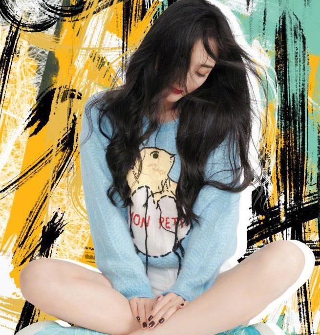 杨幂真会穿!天蓝色毛衣搭配白色短裤,清爽又显气质,看似少女~