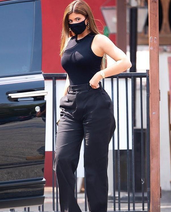 凯莉·詹娜在她最喜欢的景点外出吃午餐时,穿着无袖黑色紧身衣