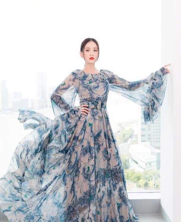 """陈乔恩的时尚品位真好,穿""""泼墨裙""""仿佛仙子下凡,太美了"""