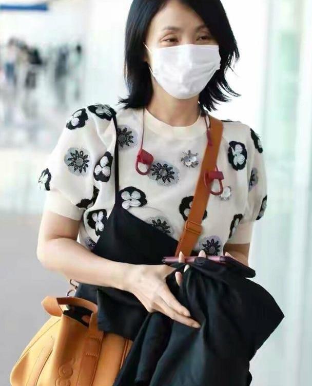 陶虹穿黑色吊带裤,斜挎黄色旅行包脸上笑盈盈,真是越老越有魅力