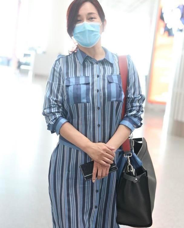 陈松伶中年发福好真实,穿条纹衬衫连衣裙配白色皮鞋,高级大气