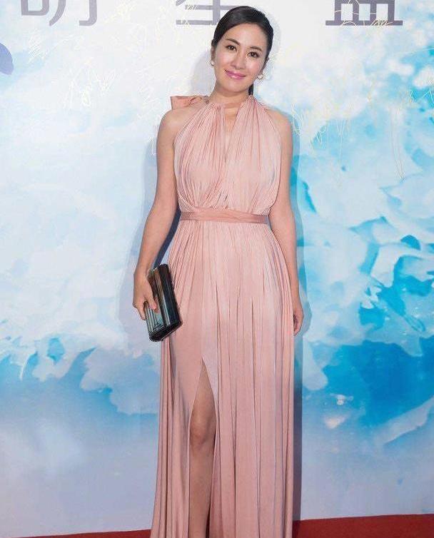 40岁叶璇身材太好了吧!穿粉色挂脖连衣裙配马尾,优雅又迷人