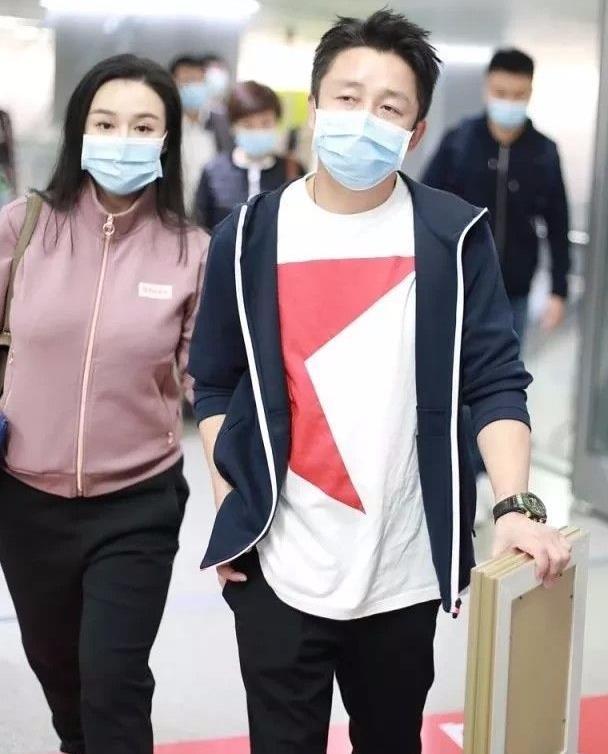 冉莹颖穿运动装走机场,很正常的打扮,就是普通的中年女人!