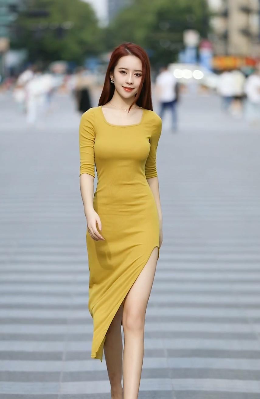 姜黄色连衣裙搭配棕色平底鞋,简单优雅,魅力十足