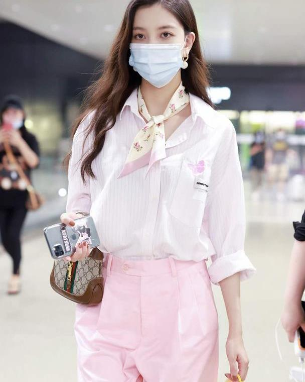宋妍霏变身美少女,粉白色搭配清新又养眼,让你秒变水蜜桃女孩