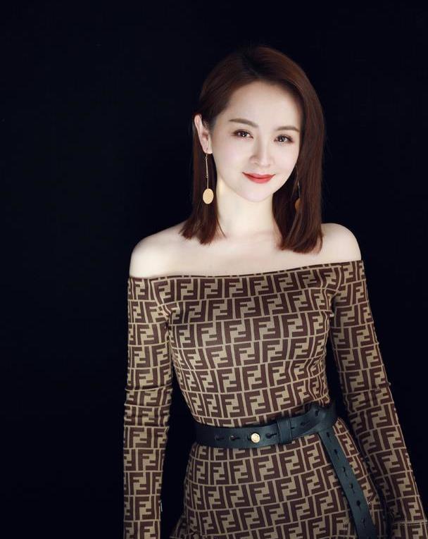 """邓莎的时尚感太高级,""""麻将布""""穿身上意外耐看,裙型超经典"""