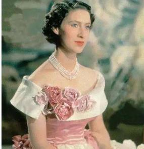 英国王室最美第4代,现身哈里王子婚礼惊艳众人,被女王宠上天