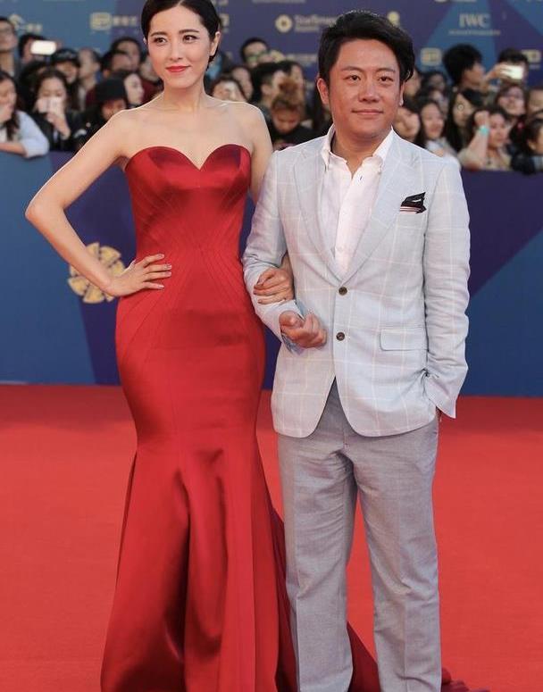 被曾黎的红毯造型惊艳了,穿红色抹胸鱼尾裙,勾勒完美腰臀比