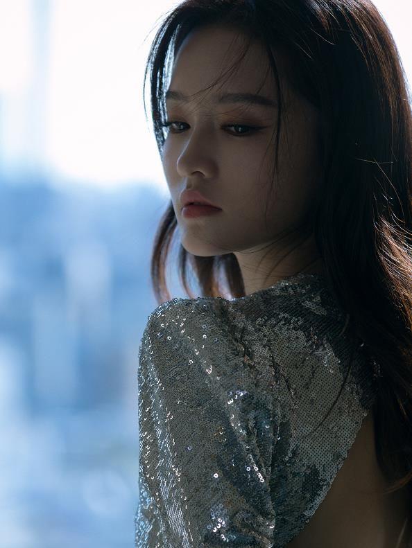 演员李沁高叉露背银色裙装,修长美腿显翘臀,气质当先