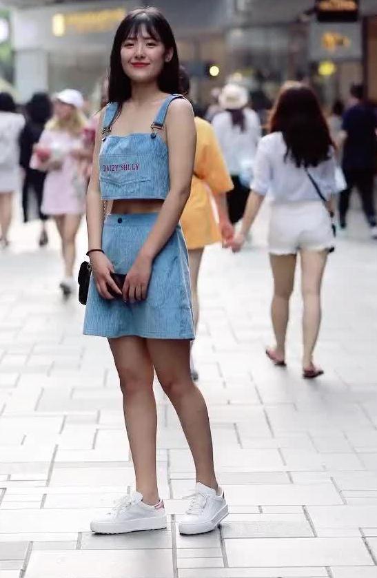 蓝色的吊带非常俏皮,宽松露脐的设计,非常适合夏天穿