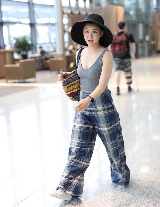 李小萌终于翻车了,穿无袖背心配阔腿裤走机场,显胖10斤不止