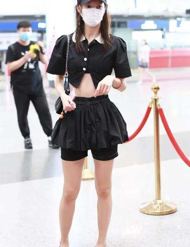 金晨低调现身机场,穿黑色荷叶边上衣配运动裤,这都能穿出好身材
