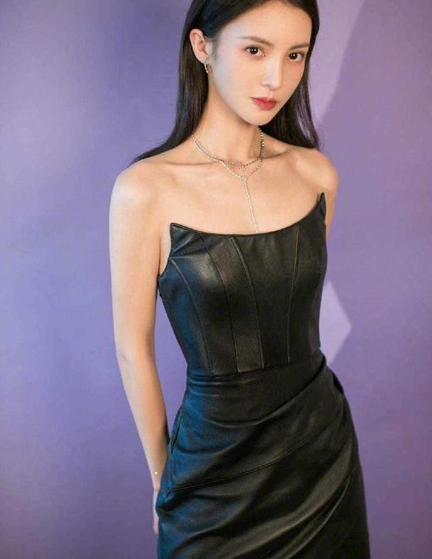 被金晨的身材惊艳了,穿黑色抹胸皮裙比例完美,不成团可惜了