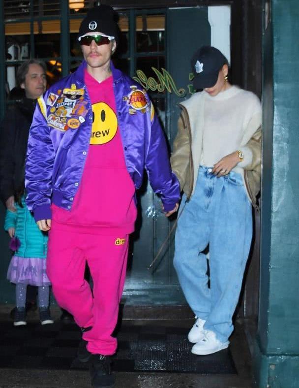贾斯汀比伯街拍,和妻子同行穿休闲装超时髦,颜色鲜艳引人注目