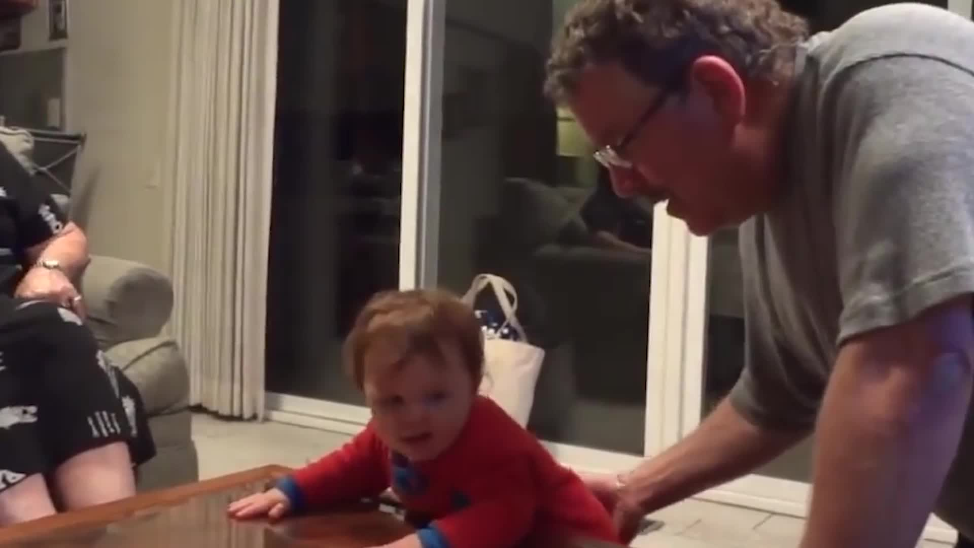 胖宝宝玩自己肚子上的赘肉,小手捏了几把,自己把自己逗乐了
