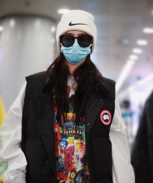 赵小棠现身机场,示范标准戴口罩喝咖啡,玩手机不料墨镜暴露信息