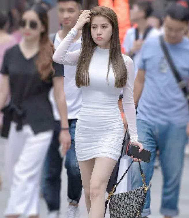 街拍,身穿白色连衣裙,气质型美女总能在人群中一眼找出来