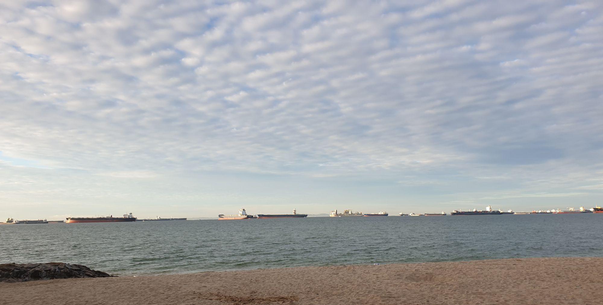 清晨,新加坡东海岸公园的云彩一向很美