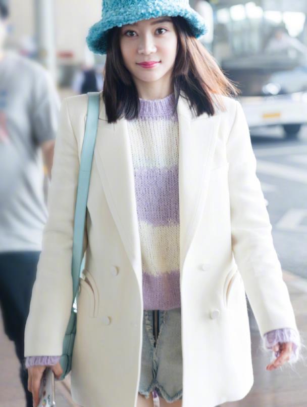 """袁姗姗都32岁了,走机场还穿""""啫喱裤"""",不料意外秀出少女腿"""