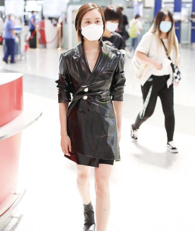 """李纯穿衣""""有一套"""",把皮衣当连衣裙来穿,这一身全黑真有明星味"""