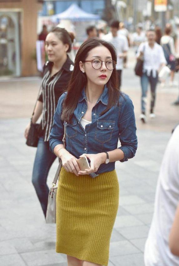 街拍:文艺范儿十足的小姐姐,走在街上肯定很显眼!