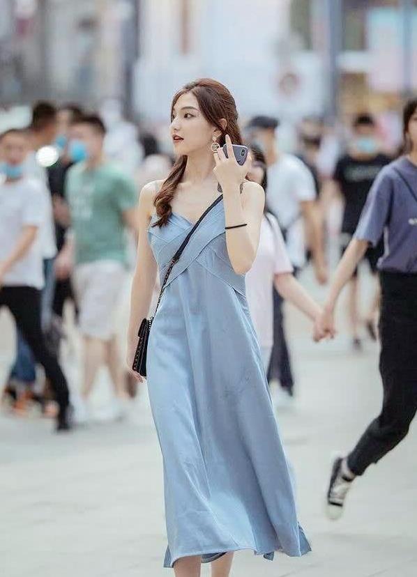 街拍:蓝灰色吊带长裙,身高腿长的姑娘穿更好看,搭凉鞋更精致