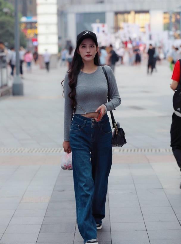 街拍:谁说女孩子一定要穿长裙才优雅,休闲的长裤搭配也很美