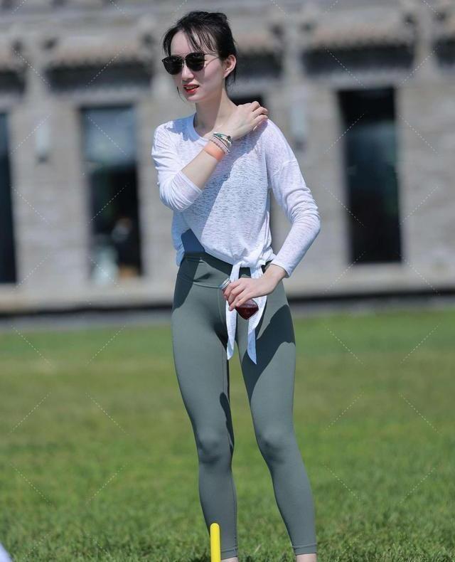 鲨鱼裤穿在身上轻薄而贴身,健身逛街时最好穿着,时髦得很