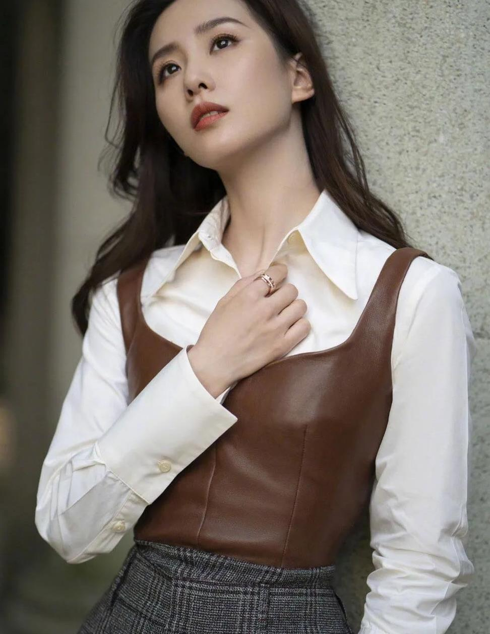 刘诗诗颜值很抗打,穿白衬衫搭皮马甲时髦耀眼,越来越有范