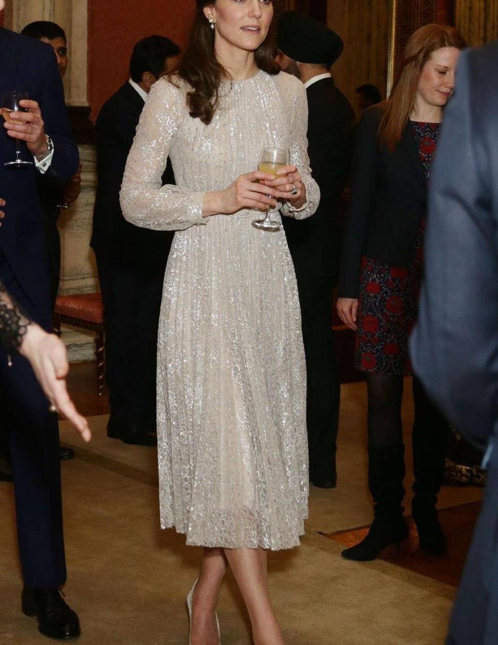 凯特王妃又美了,穿红色碎花裙女人味爆棚,细腰长腿身材比例真赞