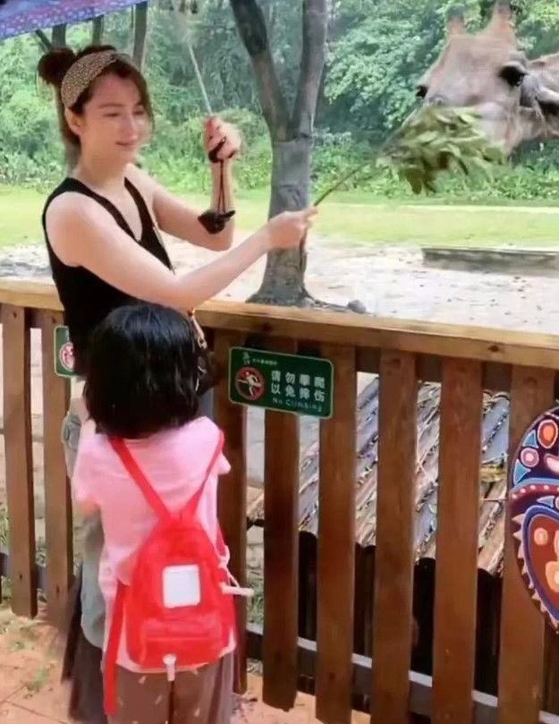 洪欣带女儿去动物园,穿吊带背心戴发箍,未修图气质还很年轻!