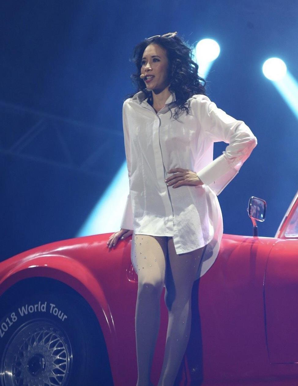 莫文蔚穿衣真大胆,卷发搭配长款白色衬衫简约时髦,气质惊艳!
