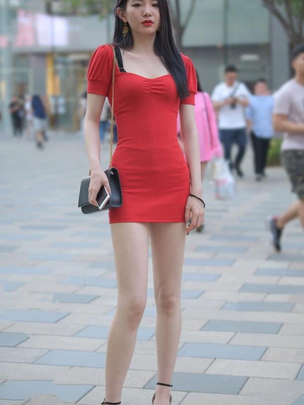 街拍酒红色包臀裙美女,白富美说的应该就是这样