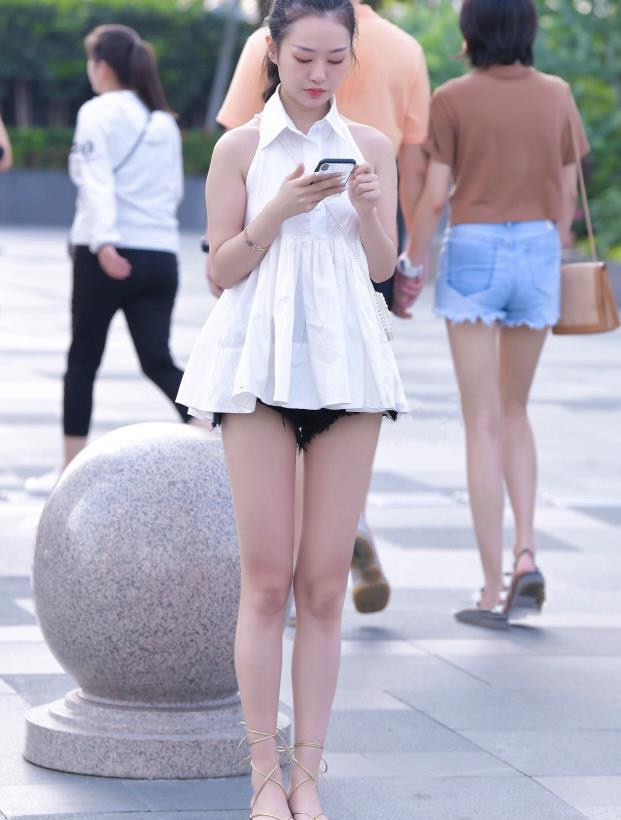街拍美女穿搭:白上小短裙搭配黑色超短裤,穿出了不一样的美