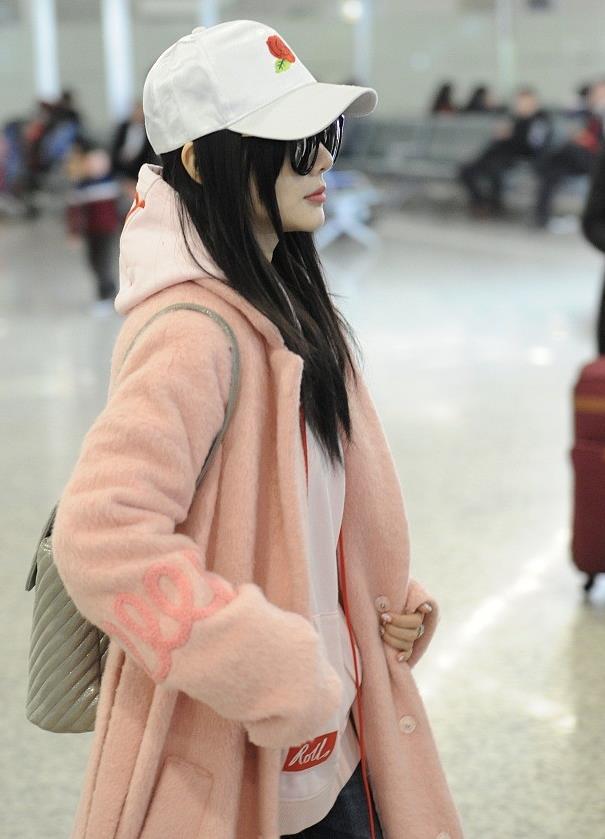 李小璐街拍:粉色短绒大衣搭破洞毛边牛仔裤 浓浓少女味