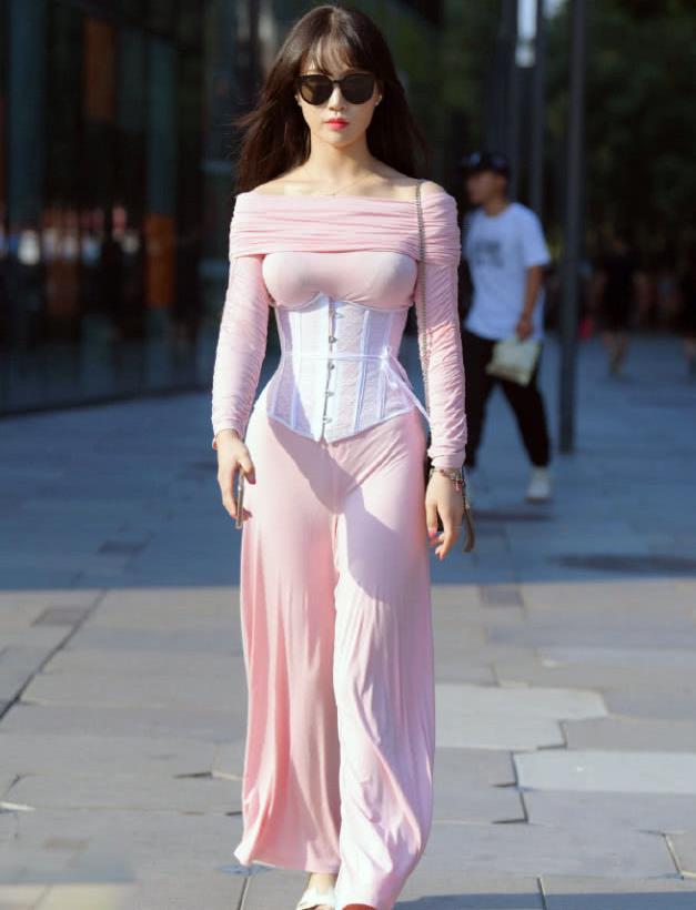 街拍:一根普通外搭束腰,彰显完美身材,这位小姐姐太会穿了!