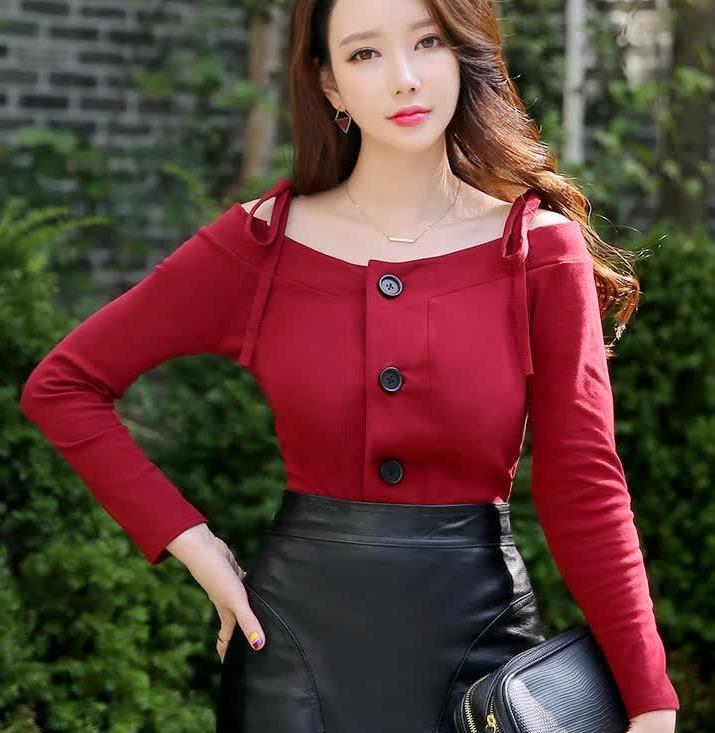 红色小衫搭配黑色皮裙,经典的色彩搭配,穿出秋日的风情