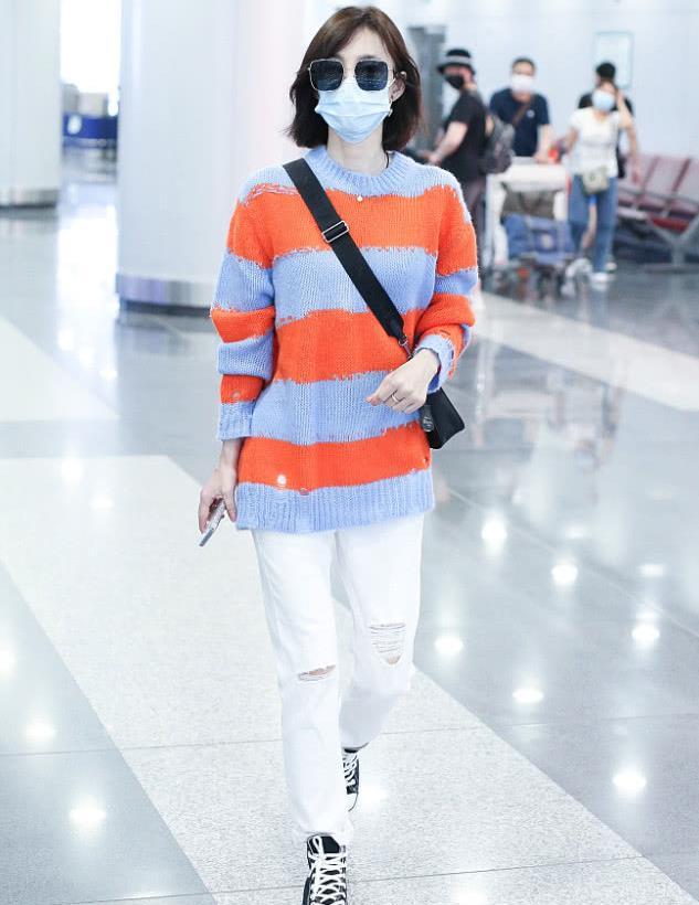 王丽坤街拍:橘色条纹毛衣Prada挎包 Converse帆布鞋清爽减龄