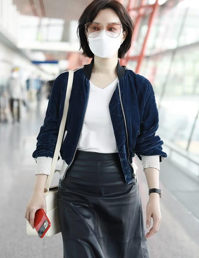 陈数街拍:蓝丝绒夹克搭配皮裙干练精致