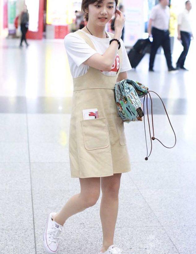 谭松韵街拍:白T恤搭配米色背带裙,童真率性