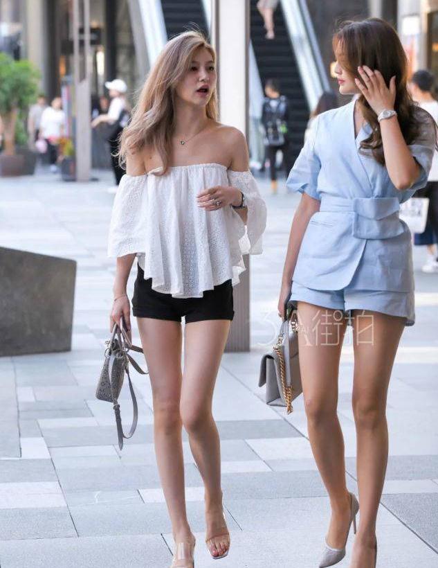 街拍:美女身穿露肩吊带,若隐若现的性感锁骨,分外动人!