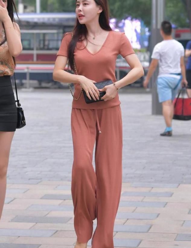 水粉色阔腿裤,身材好的女孩,才敢这么穿