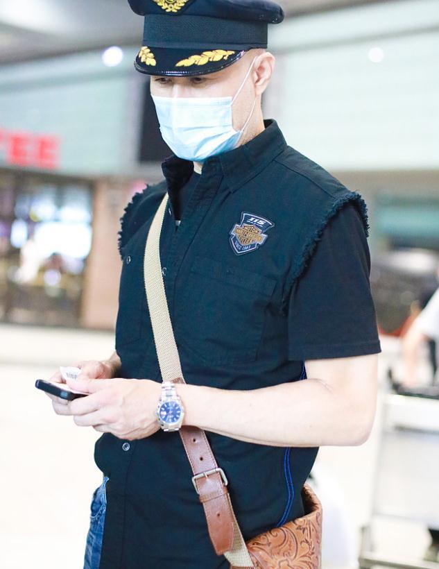 """徐锦江机场街拍,戴""""机长帽""""上衣很酷炫"""