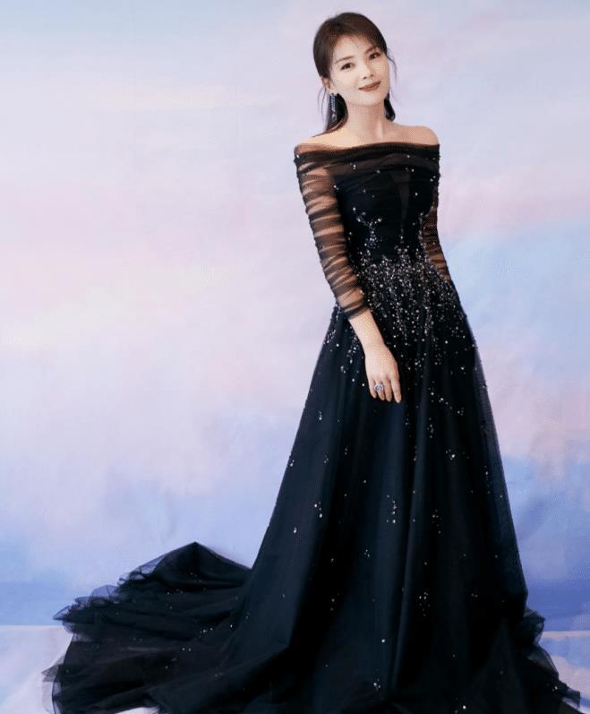 刘涛人到中年身材不输年轻女明星,穿露肩礼服秀直角肩,明艳动人