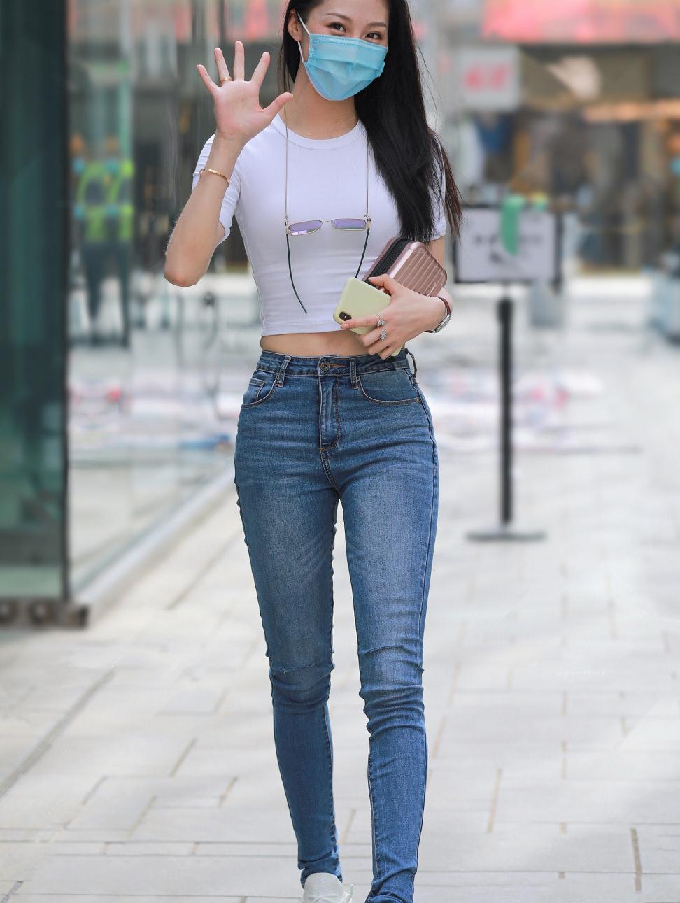 夏日穿搭偏爱休闲风,牛仔裤搭配短款T恤,舒适气质又彰显个性