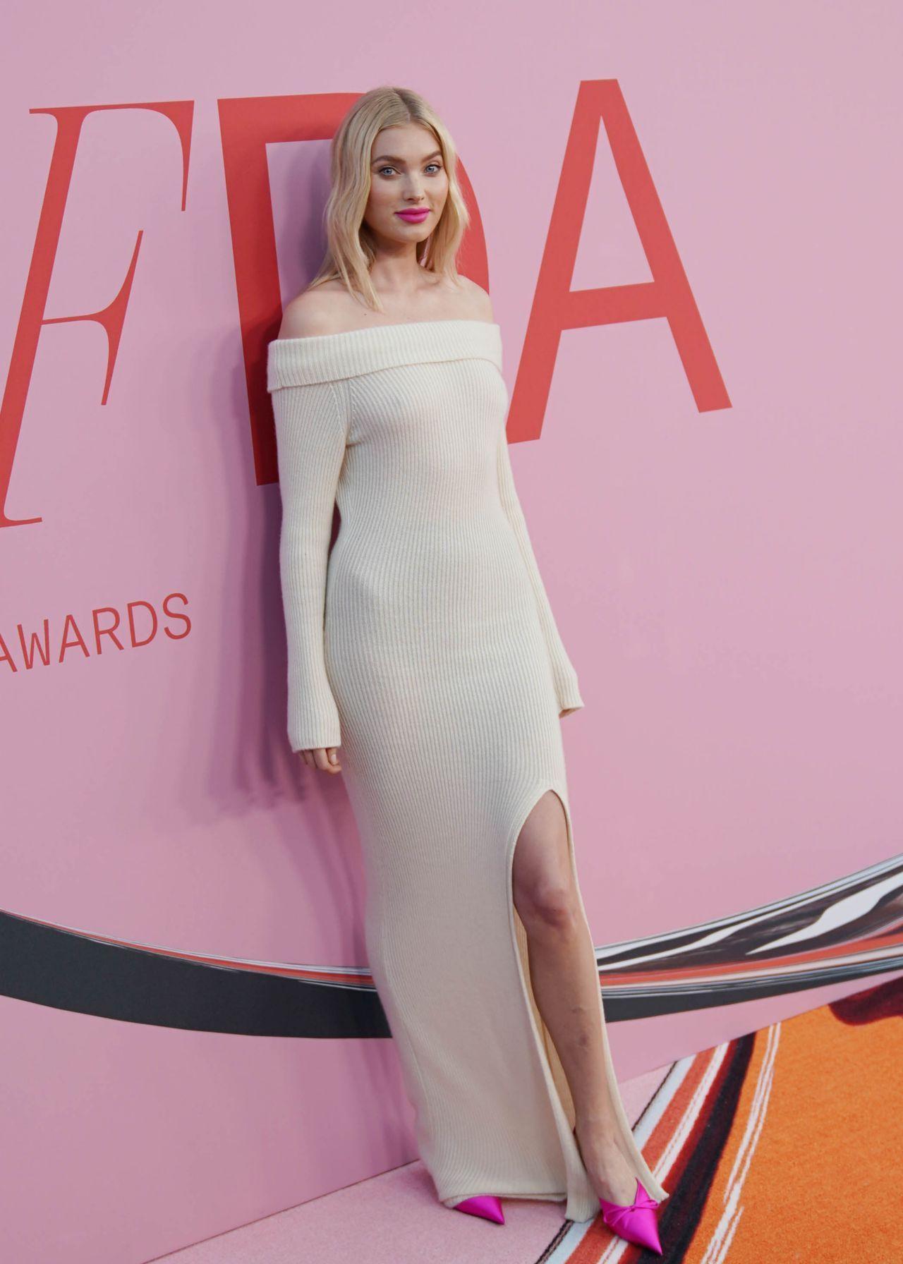 女星艾尔莎·霍斯卡身穿白色一字肩美裙出席颁奖典礼