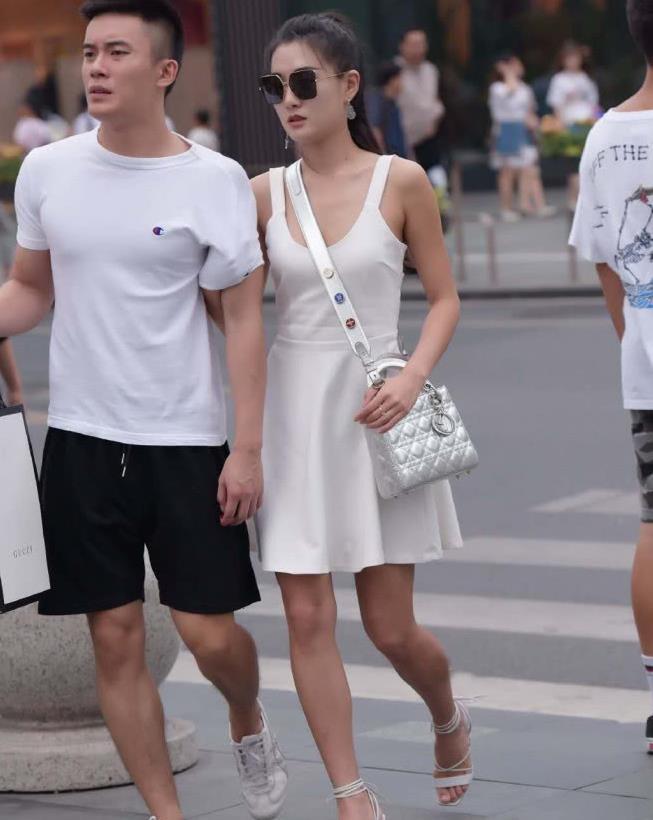 非常的简约时尚的穿搭,白色背带裙+系带高跟鞋,淑女气质十足